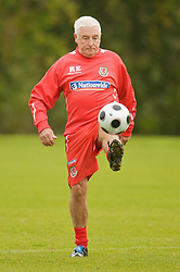 CARDIFF, WALES - Monday, October 13, 2008: Wales' assistant coach Roy Evans during training at the Vale of Glamorgan Hotel ahead of the 2010 FIFA World Cup South Africa Qualifying Group 4 match against Germany. (Photo by David Rawcliffe/Propaganda)