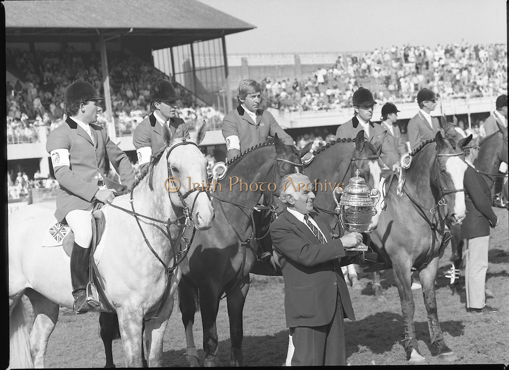 Aga Khan Cup at the RDS.    (R39)..1986..08.08.1986..8th August 1986..The annual Aga Khan Cup competition was held at the RDS ( Royal Dublin Showgrounds) today. In a keenly contested competition The Great Britain team emerged victorious. The Great Britain team was led by Chef dEquipe Mr Ronnie Massarella..Image shows the Great Britain team of Nick Skelton, Michael Whitaker,Peter Charles and John Whitaker and Chef dEquipe Ronnie Massarella proudly displying the Aga Khan Cup as champions.