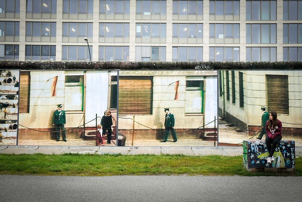 Germany - Deutschland - East Side Gallery; KUNST; ART; Installation Beyond the Wall by Stefan Roloff (kuratiert von Adrienne Goehler) - großformartige Ausdrucke von Bilder der Achtiziger Jahre (Grenze DDR ) und Silhouetten/Portraits von Opfern des SED-Regimes; Berlin; 11.08.2017; © Christian Jungeblodt