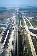 Nederland, Noord-Brabant (West), riviertje de Mark, 04-04-2002; infrastructuur bundel in wording: Rijksweg A16 wordt verbreed (naar 2x3 rijstroken), voor het reguliere treinverkeer wordt een nieuwe spoorbaan aangelegd (het zand rechts), de HSL komt op de plaats van het bestaande spoor; knooppunt Zonzeel aan de horizon; asfalt, automobiliteit, filebestrijding, autosnelweg, verkeer en vervoer, spoor, bouw.<br /> luchtfoto (toeslag), aerial photo (additional fee)<br /> photo/foto Siebe Swart