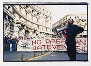"""Napoli, No Global Forum, marzo 2001. 17 marzo, """"Global Action Day"""", corteo contro il forum OCSE sul digital divide."""