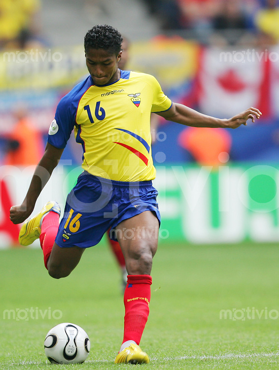 Fussball WM 2006        Ekuador - Costa Rica Luis VALENCIA (ECU) am Ball.