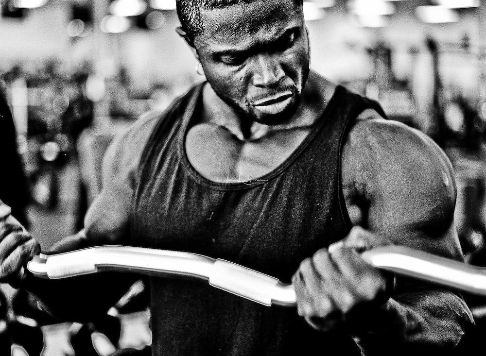 Bodybuilder Sean Jones doing EZ bar bicep curls