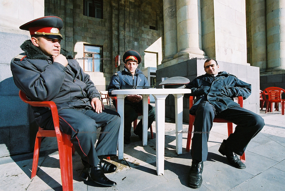 Polizisten sitzen am Republikplatz in der armenischen Haupstadt Eriwan. Armenian Police officer sit together for a coffee in Yerevan, Armenia.