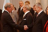 15 JAN 2003, BERLIN/GERMANY:<br /> Daniel R. Coats (L), Botschafter der vereinigten Staates von Amerika, USA, in Deutschland, Johannes Rau (M), Bundespraesident, und Joschka Fischer (R), B90/Gruene, Bundesuassenminister, waehrend dem Neujahrsempfang des Bundespraesidenten fuer das Diplomatische Korps im Schloss Bellevue<br /> IMAGE: 20030115-02-010<br /> KEYWORDS: Diplomaten, Handshake