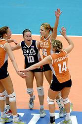 14-10-2006 VOLLEYBAL: DELA TROPHY: NEDERLAND - CUBA: DEN BOSCH<br /> De Nederlandse volleybalsters hebben ook de tweede wedstrijd in de testserie tegen Cuba, met als inzet de Dela Cup, gewonnen. In Den Bosch zegevierde Oranje zaterdagavond opnieuw met 3-2 / Janneke van Tienen en Debby Stam<br /> ©2006-WWW.FOTOHOOGENDOORN.NL