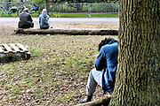 Nederland, the Netherlands, Nijmegen, 25-10-2015 Kamp, tentenkamp Heumensoord, de tijdelijke noodopvang, azc, van het COA. Plaats voor 3000 asielzoekers. Een mooie herfstdag vlak buiten het kamp. Mensen maken een wandeling. Anderen zijn bezig met hun problemen. FOTO: FLIP FRANSSEN