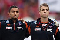 Aalesunds Sten Grytebust (t.v.) og Daniel Arnefjord (t.h.) under nasjonalsangen før cupfinalen i fotball for menn mellom Brann og Aalesund på Ullevaal Stadion i Oslo søndag ettermiddag.