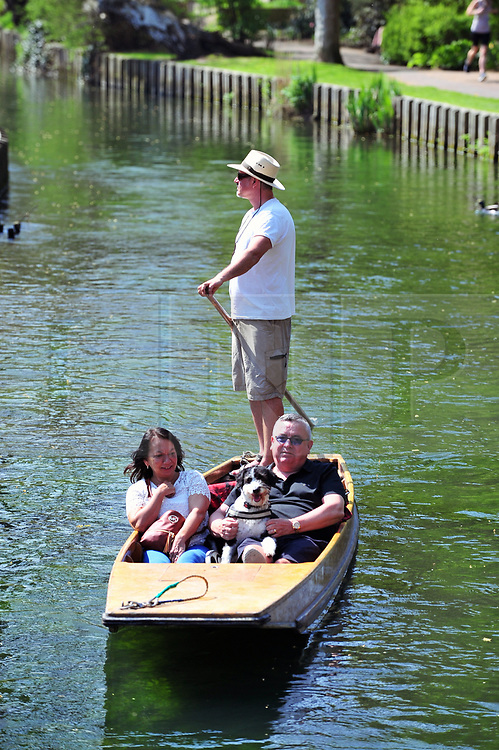 © Licensed to London News Pictures.21/04/2018<br /> CANTERBURY, UK.<br /> People enjoying the hot sunny weather at Westgate Gardens and a ride on the Westgate Punts in Canterbury,Kent.<br /> Photo credit: Grant Falvey/LNP