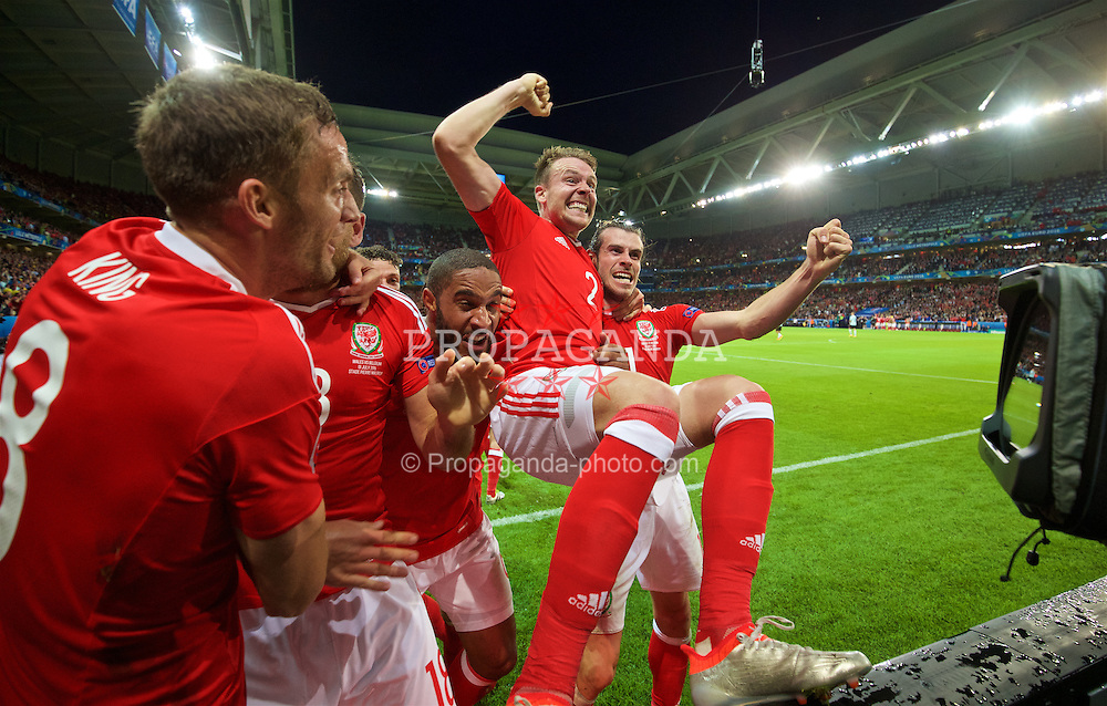 LILLE, FRANCE - Friday, July 1, 2016: Wales' goal-scorer Sam Vokes [hidden] celebrates scoring the third goal against Belgium with team-mates Andy King, captain Ashley Williams, Chris Gunter and Gareth Bale during the UEFA Euro 2016 Championship Quarter-Final match at the Stade Pierre Mauroy. (Pic by David Rawcliffe/Propaganda)