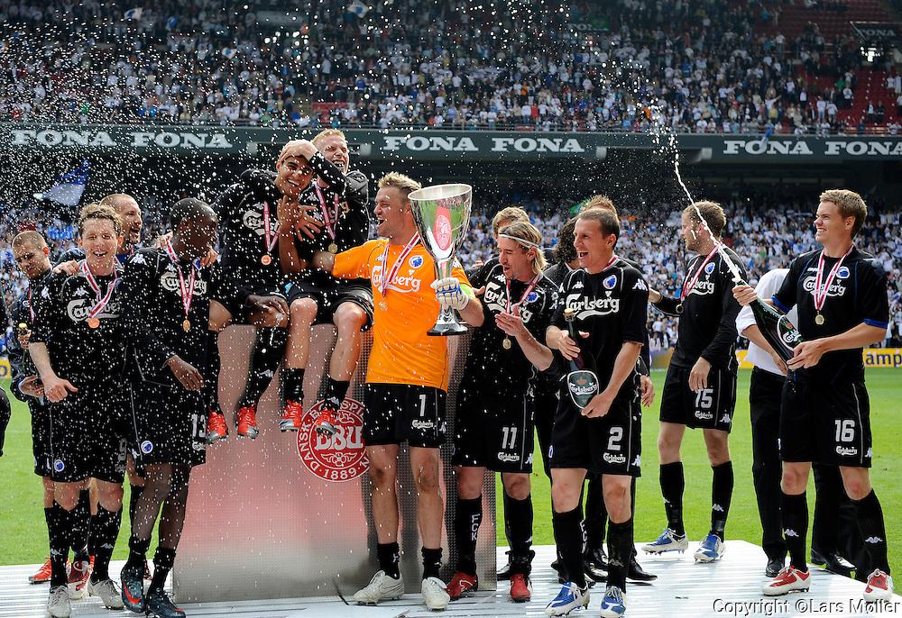 DK Caption:<br /> 20090521, K&oslash;benhavn, Danmark:<br /> DBU Pokalfinale FC K&oslash;benhavn - AAB:<br /> Keeper Jesper Christiansen, FCK. h&aelig;ver pokalen efter sejr p&aring; 1-0 over AAB<br /> Foto: Lars M&oslash;ller<br /> UK Caption:<br /> 20090521, Copenhagen, Denmark:<br /> DBU Cup Final FC Copenhagen - AAB:<br /> Keeper Jesper Christiansen, FCK. h&aelig;ver pokalen efter sejr p&aring; 1-0 over AAB<br /> Photo: Lars Moeller