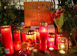 14.11.2015, Botschaft der Französischen Republik, Wien, AUT, Terroranschläge von Paris, Gedenken in Österreich, im Bild ein Plakat mit Blumen und Kerzen vor der Botschaft. Bei einer Serie von Terroranschlägen in Paris wurden mindestens 128 Menschen getötet. Terroristen hatten in der Nacht bei Angriffen mit Schusswaffen und Bombenanschlägen gezielt Anschläge auf Frankreich verübt // A sign with flowers and candles in front of the embassy. French President Francois Hollande said more than 120 people died Friday night in shootings at Paris cafes, suicide bombings near France national stadium and a hostage- taking slaughter inside a concert hall, at the French embassy in Vienna, Austria, EXPA Pictures © 2015, PhotoCredit: EXPA/ Sebastian Pucher