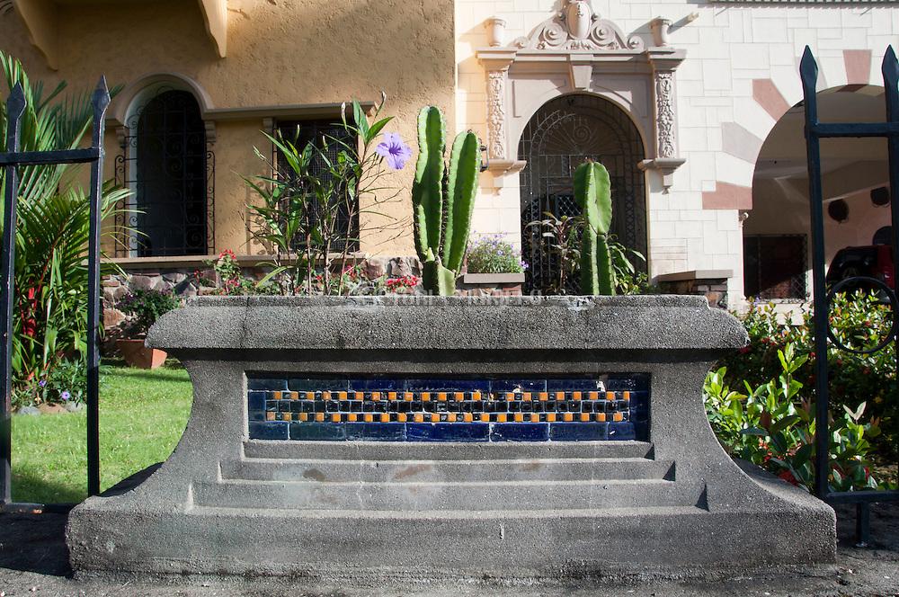 Edificio Sousa, en el barrio Bellavista en ciudad de Panama, es representativa de la arquitectura conocida como Neo Colonial y que ahora se encuentra en el medio de modernas costrucciones de edificios© Victoria Murillo/ Istmophoto.com
