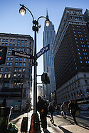 New York Midtown pedestrians going to work at sunrise on 34th street, the empire state building in the distance /New York pietons partant pur le travail au lever du jour