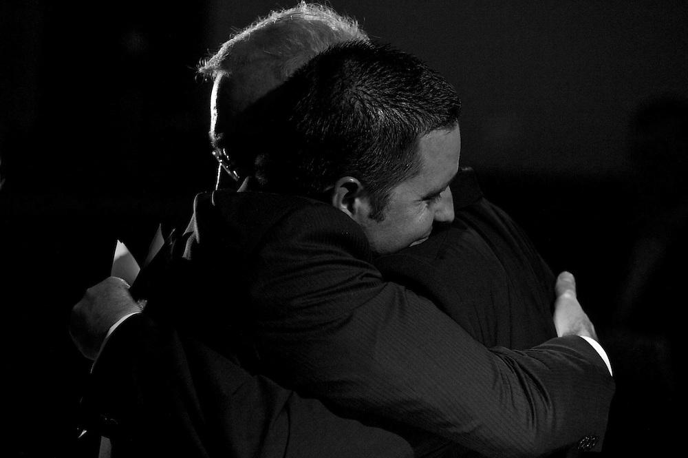 Der Bräutigam umarmt seinen Vater nachdem er die Rede auf das Brautpaar gehalten hat.