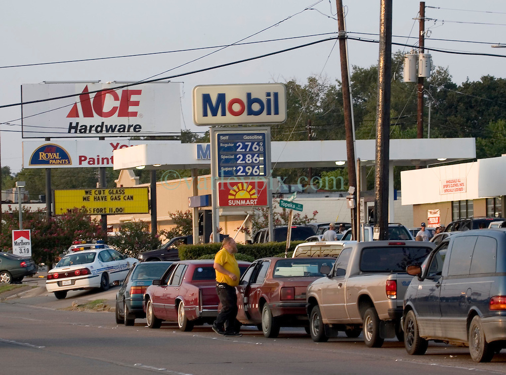 22 Sept 2005.  Houston Texas. Hurricane Rita evacuation. <br /> <br /> Police respond to a suspected queue jumper at the Mobile gas station on Uvale Road where motorists waited over two hours in line for gasoline.<br /> Photo; ©Charlie Varley/varleypix.com
