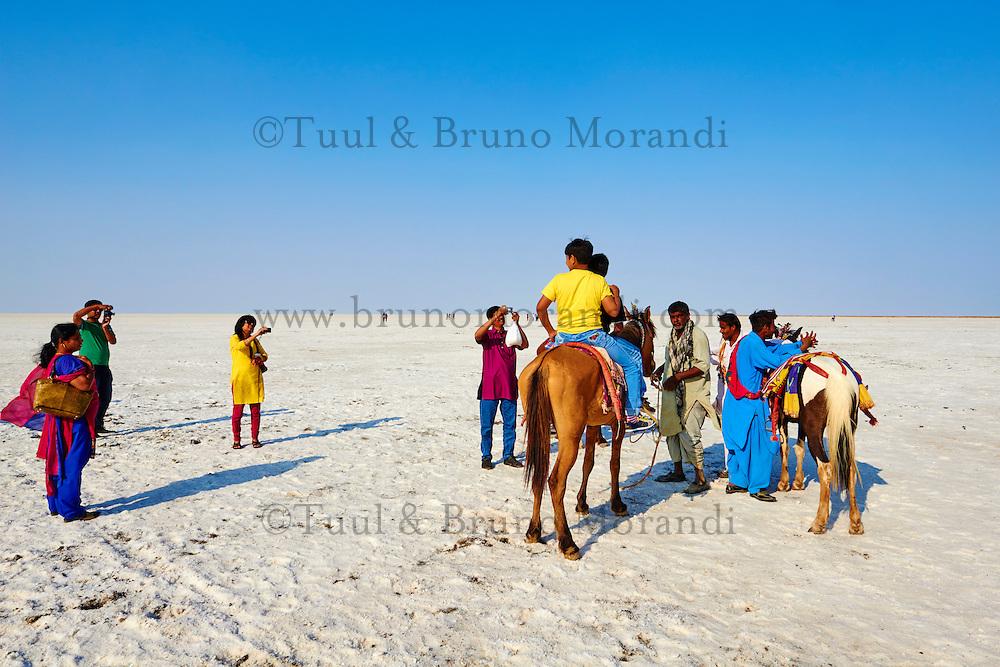 Inde, Gujarat, Kutch, touristes dans le desert de sel du Rann de Kutch // India, Gujarat, Kutch, Rann of Kutch, local turist visiting the salt desert
