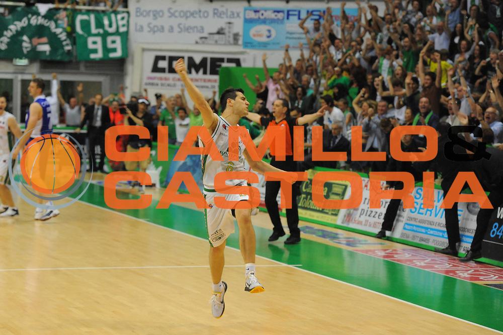DESCRIZIONE : Siena Lega A 2010-11 Finale Play off Gara 5 Montepaschi Siena Bennet Cantu<br /> GIOCATORE : Nikolas Zisis <br /> CATEGORIA : ESultanza<br /> SQUADRA : Montepaschi Siena Bennet Cantu<br /> EVENTO : Campionato Lega A 2010-2011<br /> GARA : Montepaschi Siena Bennet Cantu<br /> DATA : 19/06/2011<br /> SPORT : Pallacanestro<br /> AUTORE : Agenzia Ciamillo-Castoria/GiulioCiamillo<br /> Galleria : Lega Basket A 2010-2011<br /> Fotonotizia : Siena Lega A 2010-11 Finale Play off Gara 5 Montepaschi Siena Bennet Cantu<br /> Predefinita :