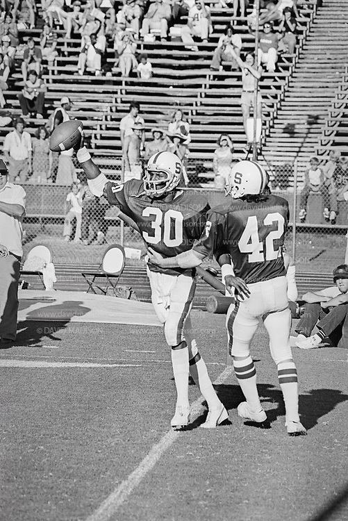 PALO ALTO, CA -  OCTOBER 22:  Wide receiver James Lofton #30 of Stanford University makes a catch during a PAC-8 NCAA football game against the Washington State Cougars played on October 22, 1977 at Stanford Stadium on the campus of Stanford University in Palo Alto, California.  Lofton later played in the NFL and is a member of the Pro Football Hall of Fame. (Photo by David Madison/Getty Images) *** Local Caption *** James Lofton