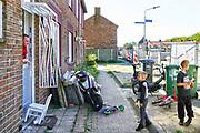 Nederland, Nijmegen, 26-9-2018 De volksbuurt Kolpingwijk wordt ingrijpend gerenoveerd . Enkele woonblokken zijn gesloopt en er wordt sociale nieuwbouw voor in de plaats gebouwd . Slopen,vernieuwen . De huizen krijgen o.a. nieuwe kozijnen, dakpannen en zonnepanelen . Bewoners, mensen, blijven in hun huis wonen. Foto: Flip Franssen