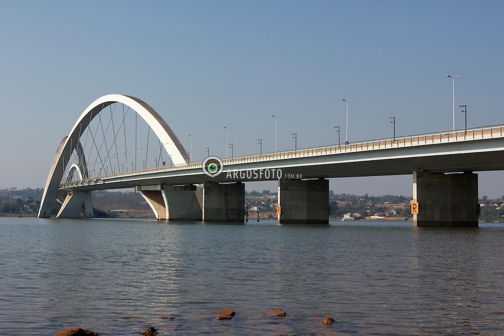 Ponte JK e o Lago Paranoa, Brasilia, DF. Projeto do arquiteto Alexandre Chan, 1998.