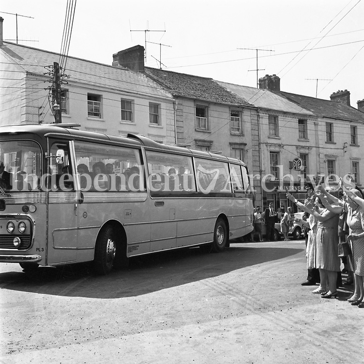 Jacqueline (Jackie) Kennedy's June 1967 visit to Ireland.<br /> Travelling by bus to one of her destinations.<br /> (Part of the Independent Ireland Newspapers/NLI Collection)
