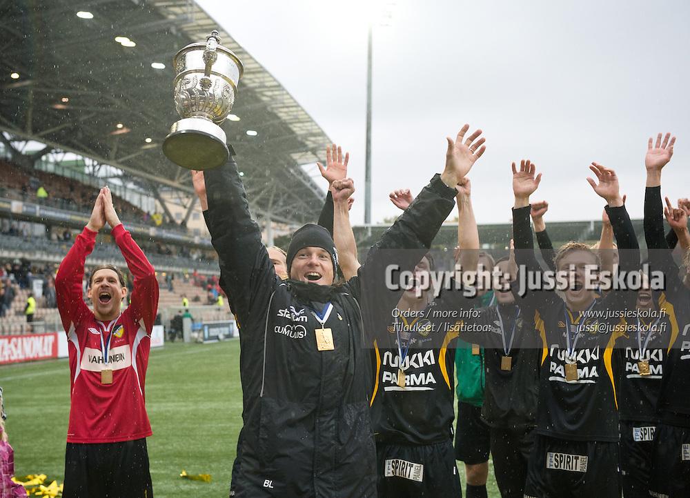 Honka juhlii cup-mestaruutta, edessä Mika Lehkosuo. Honka - KuPS. Suomen Cup. Finaali. Helsinkk 29.9.2012. Photo: Jussi Eskola