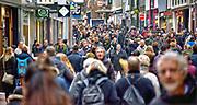 Nederland, Nijmegen, 22-12-2018 Drukte in het centrum van de stad . Winkelende mensen in de Broerstraat . Vanwege kerstmis en de feestdagen zijn er extra veel mensen in de stad . Foto: Flip Franssen
