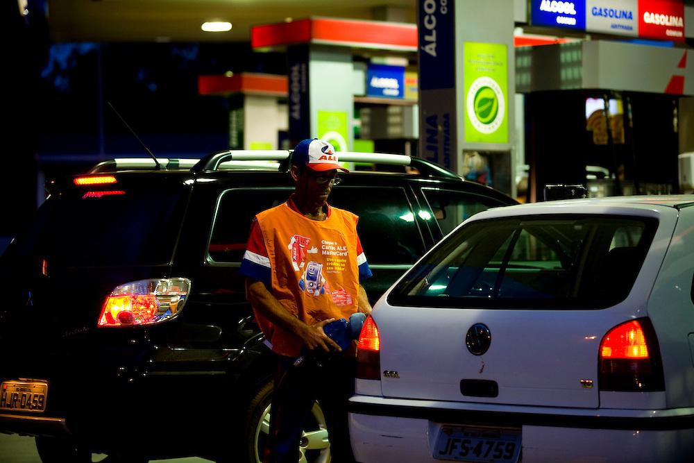 Belo Horizonte _ MG, Brasil...Frentista no posto de gasolina no Bairro Santa Lucia...The gas station attendant in the gas station in Santa Lucia  neighborhood...Foto: LEO DRUMOND /  NITRO