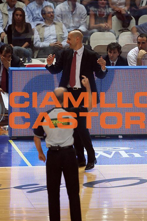 DESCRIZIONE : Varese Lega A1 2006-07 Playoff Quarti di Finale Gara 2 Whirlpool Varese Armani Jeans Milano<br /> GIOCATORE : Aleksandar Djordjevic Arbitro<br /> SQUADRA : Armani Jeans Milano<br /> EVENTO : Campionato Lega A1 2006-2007 Playoff Quarti di Finale Gara 2<br /> GARA : Whirlpool Varese Armani Jeans Milano<br /> DATA : 19/05/2007 <br /> CATEGORIA : Delusione<br /> SPORT : Pallacanestro <br /> AUTORE : Agenzia Ciamillo-Castoria/M.Marchi