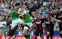 FUSSBALL  1. BUNDESLIGA   SAISON 2009/2010  32. SPIELTAG SV Werder Bremen - 1. FC Koeln                           24.04.2010 Die Bremer Claudio PIZARRO und Per MERTESACKER (v.l, beide im gruenen Trikot) gegen die Koelner Youssef MOHAMAD, Pedro GEROMEL und Milivoje NOVAKOVIC (v.l., alle im dunklen Trikot)