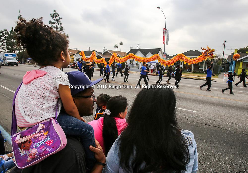 1月18日,在美国洛杉矶,年轻龙舞者参加马丁&middot;路德&middot;金日纪念游行。當天,洛杉矶举行了第31届马丁&middot;路德&middot;金日纪念游行。这是南加州最大的马丁&middot;路德&middot;金日纪念活动,今年的主题是&ldquo;我们的工作尚未完成&rdquo;。新华社发 (赵汉荣摄)<br /> Young dragon dancers perform in the 31st annual Kingdom Day Parade in Los Angeles, the United States, on Monday Jan. 18, 2016. The parade is Southern California's largest Martin Luther King Jr. Day observance. The theme of this year's parade was ``Our Work is Not Yet Done.''  (Xinhua/Zhao Hanrong)(Photo by Ringo Chiu/PHOTOFORMULA.com)<br /> <br /> Usage Notes: This content is intended for editorial use only. For other uses, additional clearances may be required.