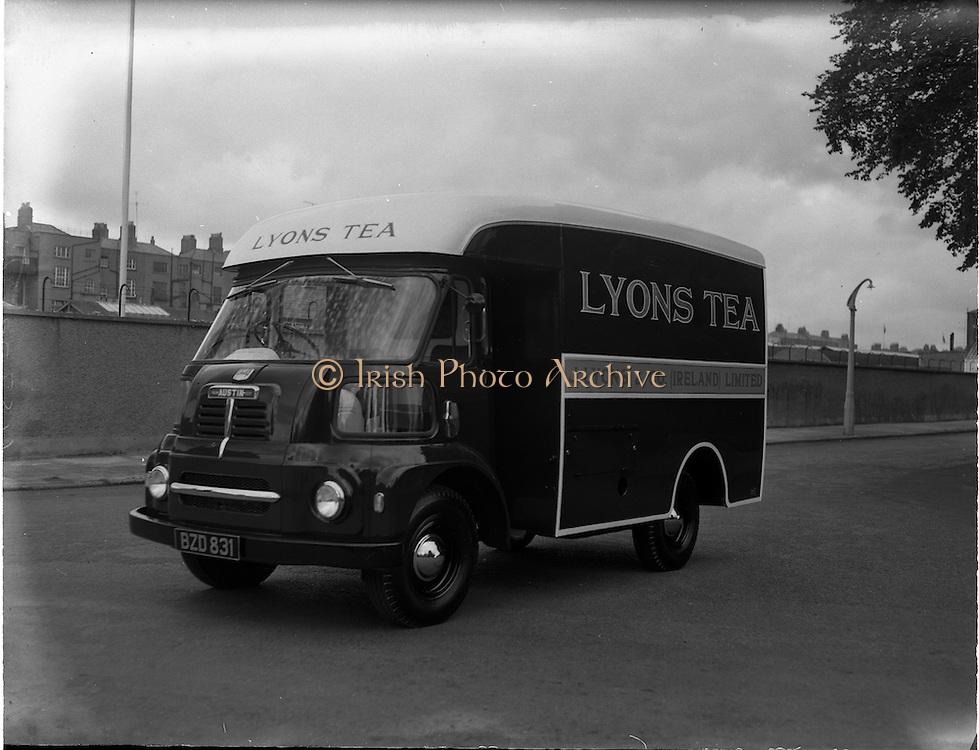 25/05/1962<br /> 05/25/1962<br /> 25 May 1962<br /> Vehicles at Lincoln and Nolan. Image shows a Lyon's Tea Austin van.