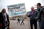 Frankfurt am Main | 28 Apr 2014<br /> <br /> Am Montag (28.04.2014) veranstalteten etwa 200 Menschen an der Hauptwache in Frankfurt am Main sogenannte Montagsdemos gegen Hartz IV und die Agenda 2010 und dann sp&auml;ter f&uuml;r den Frieden, gegen den Krieg etc., am zweiten Teil der Montagsdemo nahmen AfD-Aktivisten und die Neonazi-Aktivistin Sigrid Sch&uuml;&szlig;ler (NPD, RNF/Ring Nationaler Frauen) teil.<br /> Hier: Olav M&uuml;ller, einer der Mitorganisatoren und Redner der Mahnwache, mit einem Transparent mit Peace-Zeichen.<br /> <br /> &copy;peter-juelich.com<br /> <br /> [No Model Release | No Property Release]