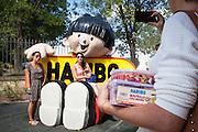 Des touristes posent devant Hariboy, l'emblème de Haribo, leader européen de la confiserie industrielle. Musee du bonbon Haribo a Uzes dans le Gard, France.