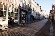 In Dordrecht rijdt een fietser bellend door de historische binnenstad.<br /> <br /> In Dordrecht a cyclist rides at the historical city center.