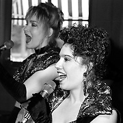 NLD/Baarn/19930528 - CD presentatie The Sisters Baarn door Gerard Joling