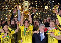 Fotball<br /> Tyskland<br /> 12.05.2012<br /> Foto: Witters/Digitalsport<br /> NORWAY ONLY<br /> <br /> Schlussjubel v.l. Shinji Kagawa, Sebastian Kehl (Dortmund) mit Pokal, DFB-Pokalsieger 2012, Bundespraesident Joachim Gauck, Jakub Kuba Blaszczykowski<br /> <br /> Fussball, DFB-Pokal-Finale 2012, Borussia Dortmund - FC Bayern München