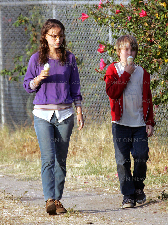 """Friday May 15th 2009 Los Angeles CA. Non Exclusive. Natalie Portman and Devin Brochu film a scene for """"Hesher"""". Sales: Eric Ford 818-613-3955 info@onlocationnews.com"""