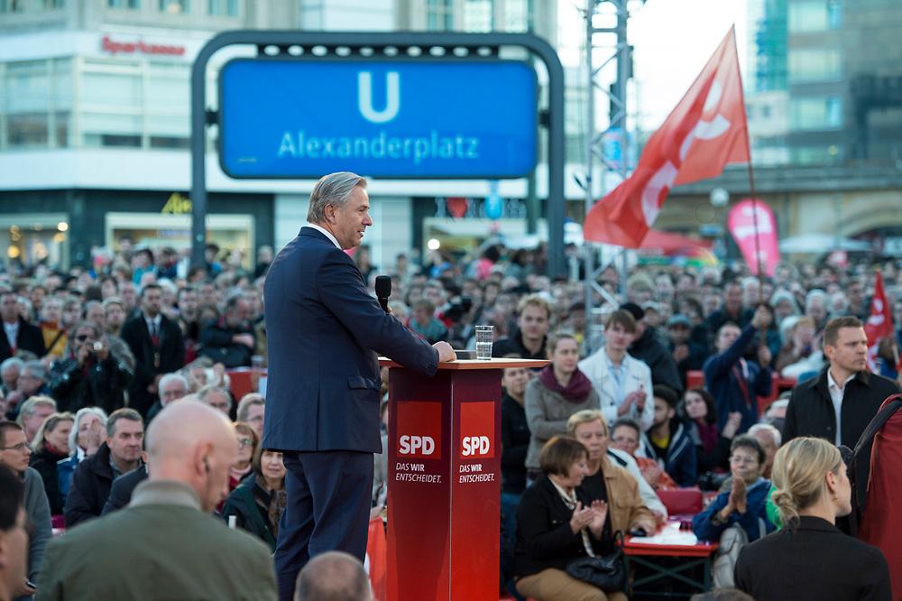 """19 SEP 2013, BERLIN/GERMANY:<br /> Klaus Wowereit, SPD, Reg. Buergermeister Berlin, haelt eine Begruessungsrede, waehrend der SPD Wahlkampfveranstaltung zur Bundestagswahl """"Endspurt mit Peer Steinbrück"""", Alexanderplatz<br /> IMAGE: 20130919-01-005<br /> KEYWORDS: Zelt"""