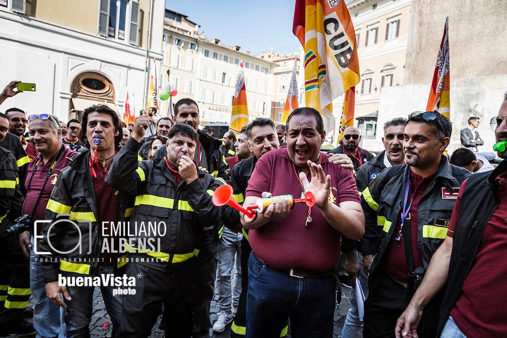 Roma, Italia, 27/09/2016<br /> Manifestazione dei vigili del fuoco precari davanti a Montecitorio per chiedere la stabilizzazione del rapporto di lavoro. I pompieri hanno organizato un presidio davanti alla Camera dei Deputati, insieme alla Confederazione Unitaria di Base, per chiedere di essere stabilizzati nel Corpo Nazionale dei Vigili del Fuoco.<br /> <br /> Rome, Italy, 27/09/2016<br /> Demonstration of firefighters with temporary work contracts in front of the Chamber of Deputies to ask the stabilization of core work. Firefighters organized the protest in front of the the House of Parliament, along with the Trade Union Confederation, to ask to be stabilized in the Firefighters Brigade.
