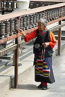 Nepal. Vallee de Katmandou. Stupa de Swayambunath. Moulin a priere. Femme tibetaine. // Nepal. Kathmandu valley. Swayambunath stupa. Prayer wheels. Tibetan woman.