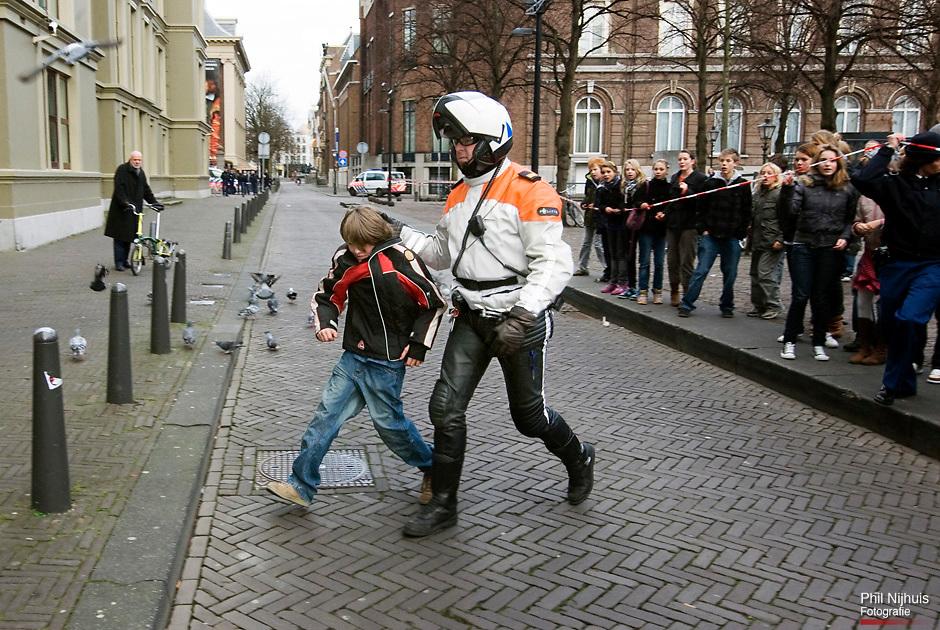 20071126 Den Haag: Een Jongetje wordt opgepakt tijdens de demonstratie op het Haagse Plein waar de scholieren bijeen kwamen. Scholieren hebben vandaag door het hele land gedemonstreerd tegen de nutteloze lesuren die ze op school moeten doorbrengen. In Den Haag bekogelden jongeren de Tweede Kamer. De scholieren hielden zich niet aan het advies van scholierenactiecomité LAKS om met verdere demonstraties te wachten tot woensdag de Tweede Kamer over de 1040-uren norm heeft gesproken.(Foto: GPD/Phil Nijhuis)