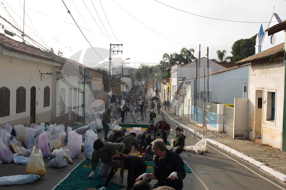 SANTANA DE PARNAÍBA, SP, 26.05.2016 - CORPUS-CHRISTI - Preparação dos desenhos dos tapetes da Festa de Corpus Christi, na cidade de Santana de Parnaíba nesta quinta-feira, 26 (Foto: Darcio Nunciatelli/Brazil Photo Press)