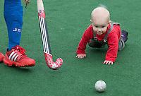 BLOEMENDAAL - De zoon van Russel Garcia gaat achter een hockeybal aan. Oud internationals Eby Kessing, Ronald Brouwer en Nick Meijer, alle spelers van Bloemendaal, namen afscheid met een afscheidsdrieluik. COPYRIGHT KOEN SUYK