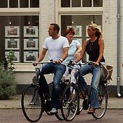 Johnny van 't Schip en Danielle Oonk fietsend door Laren