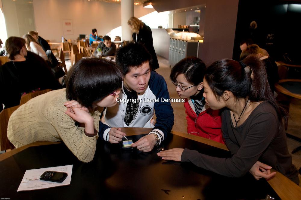 Training of Chinese staff at the Swiss pavilion restaurant.  Les futurs employes du restaurant du pavillon suisse suivent une formation.