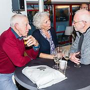 NLD/Amsterdam/20171207 - Perspresentatie Vrienden van Andere Tijden Sport 2017, links ouders Bart Veldkamp