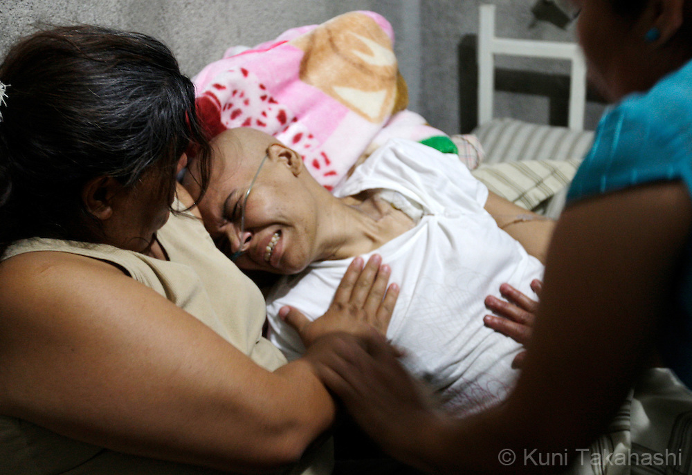 Mariana de la Torre, 29, suffers from pain as she is comforted by her mother Mary Elena at her house in Apatzingan, Mexico on March 8, 2009.<br /> (Photo by Kuni Takahashi)