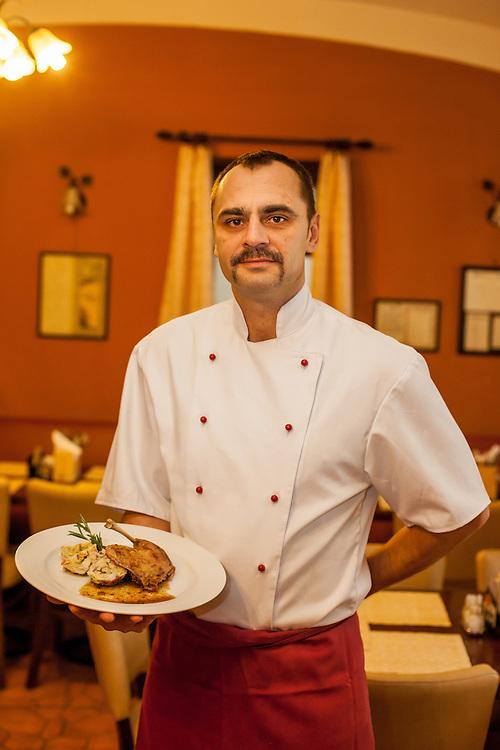 """Herr Skala - Miteigentümer und Koch im Familien Restaurant """"U Ampezonu"""" in der Konviktska Strasse in Prag."""